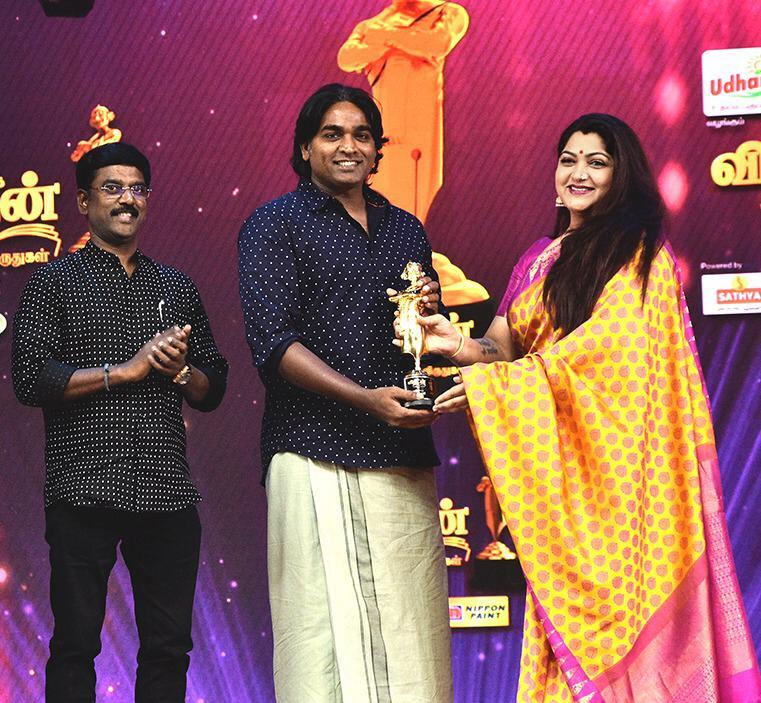 Actor Mr.Vijay Sethupathi received an award @ Anandha Vikatan Cinema Awards 2018 from Actress Mrs.Kushboo in the presence of Mr.K.V.Kathiravan.